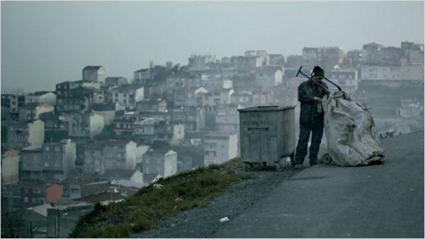 Abluka d'Emin Alper, Kadir fouille les poubelles à la recherche d'indices.